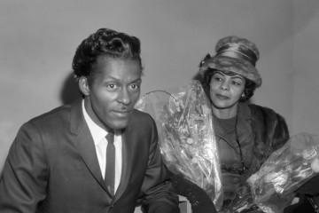 Aankomst Chuck Berry (zanger) op Schiphol, Chuck Berry en Lucy Ann tijdens persconferentie *3 februari 1965